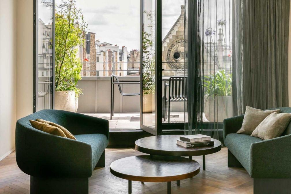 D'une surface d'une centaine de mètres carré, le Penthouse dispose d'une chambre sur cour, d'un salon TV, d'un double living (salon cheminée et salle à manger), d'une cuisine équipée, d'une terrasse et d'une vue sur le square voisin © Jérôme Galland