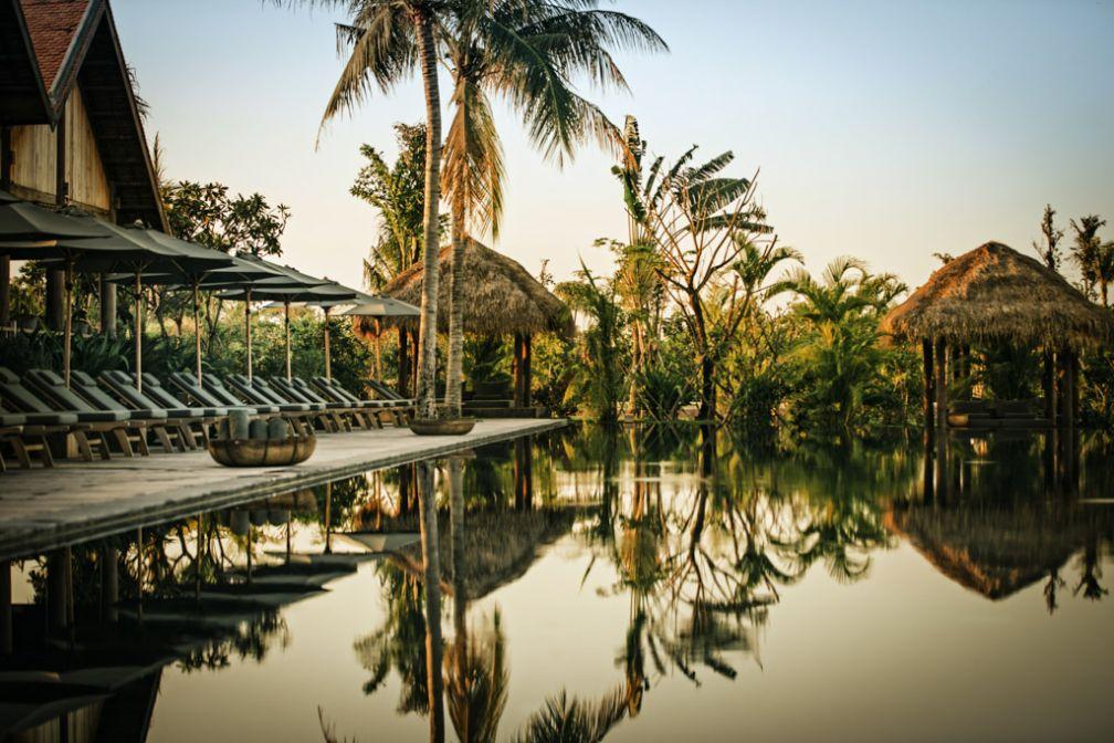 Au bord de la piscine du très exclusif resort Phum Baitang à Siem Reap (Cambodge) © Phum Baitang