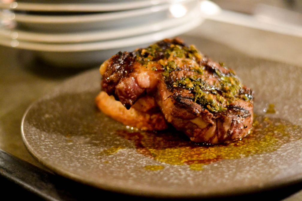 Sucre Restaurant & Grill - Faux-filet certifié, pommes de terre domino et chimichurri © Mélissa Leroux