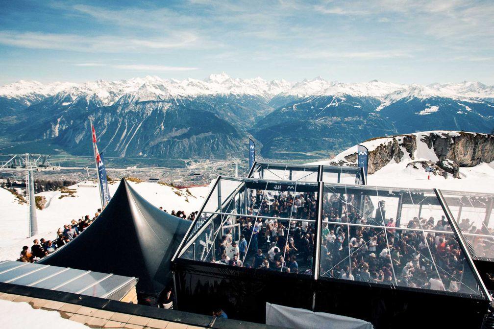 La scène MDRNTY, perchée au sommet d'une montagne à 2,200m d'altitude est le joyau du Caprices Festival © David Holderbach