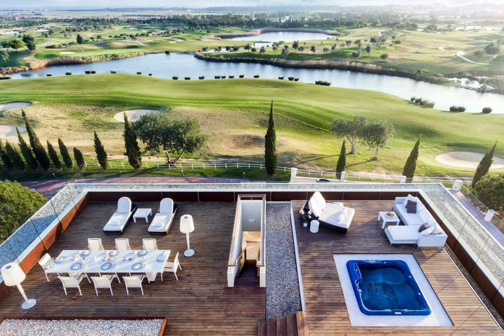 L'immense terrasse de la Suite Présidentielle offre une vue à couper le souffle sur le panorama © Anantara