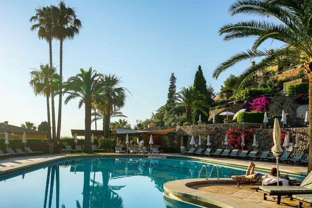 Décor californien au bord de la piscine du Belmond La Residencia © YONDER.fr