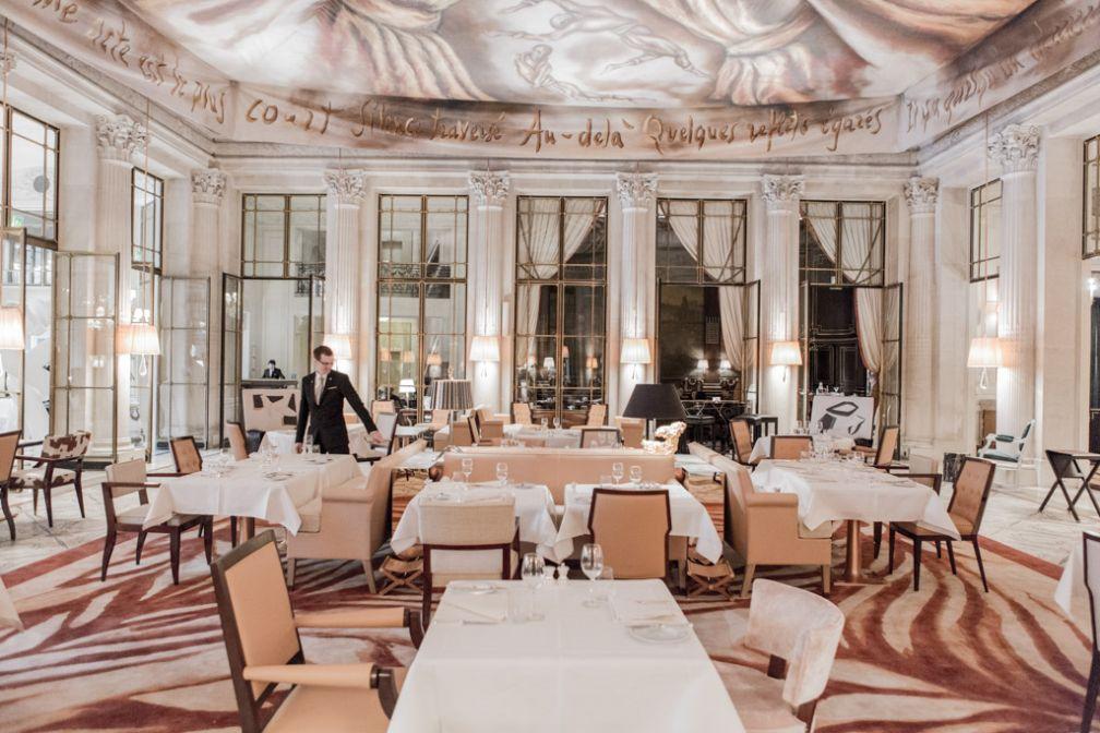 Au restaurant Le Dalí, une disposition des tables repensées, un nouveau mobilier, un tapis dessiné par Ara Starck faisant écho à la draperie tendue au plafond pour un ensemble plus lumineux © Pierre Monetta