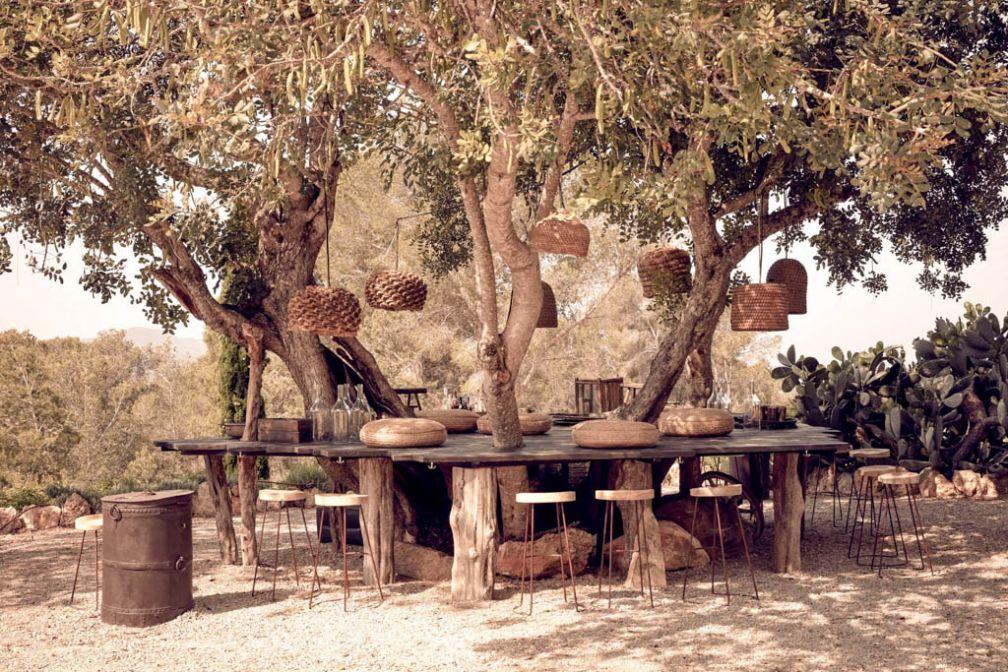 C'est dans les jardins de la ferme, sous des arbres centenaires, que les hôtes de La Granja sont invités à se retrouver © La Granja Ibiza
