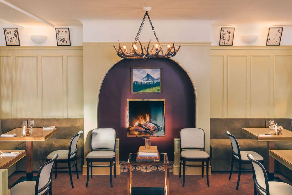 Ambiance chaleureuse et feu de cheminée dans le lobby-lounge de l'Experimental Chalet à Verbier © Romain Laprade