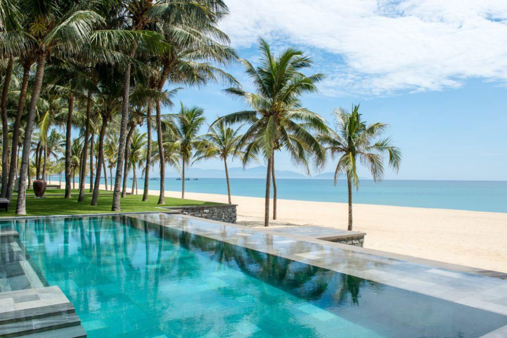 Dans les plus belles villas du Four Seasons The Nam Hai, des piscines surplombant la plage © Four Seasons Hotels & Resorts