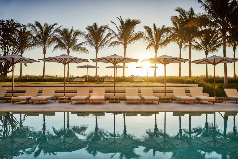 Au bord de l'une des trois piscines du tout nouveau Four Seasons Hotel at The Surf Club, au nord de Miami Beach © Four Seasons Hotels @ Resorts