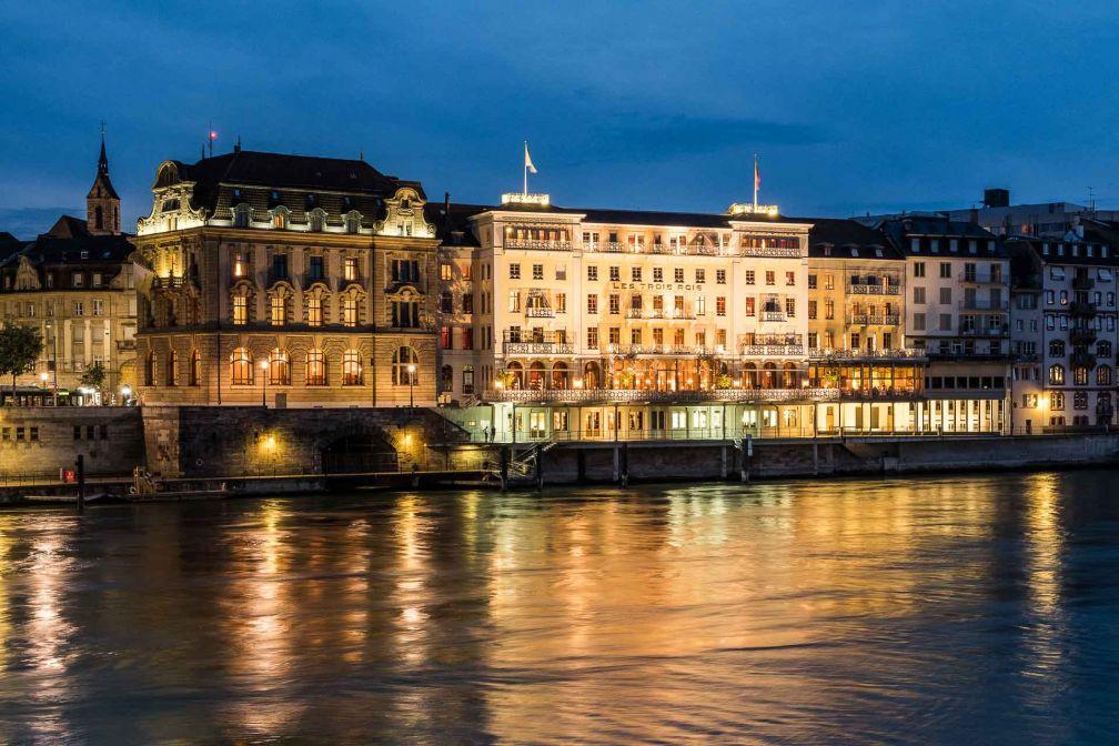 Le Grand Hôtel Les Trois Rois, en plein cœur historique de Bâle, surplombe le Rhin © Les Trois Rois
