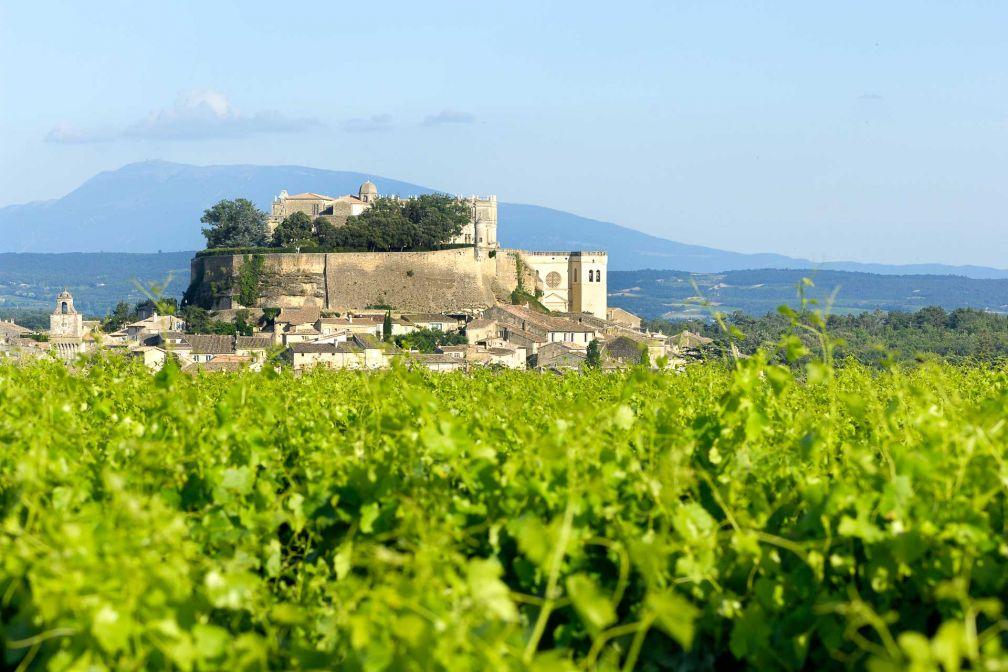Vue sur Grignan et son château depuis le Clair de la Plume © Alain Maigre