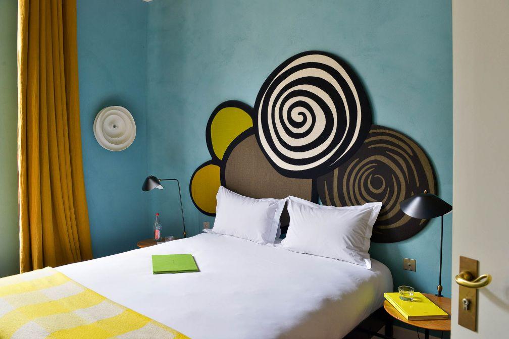 Les intérieurs colorés de l'Hôtel Le Cloître sont signés India Mahdavi © Hervé Hôte