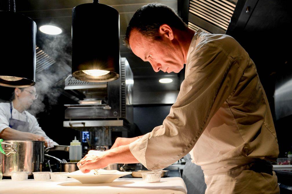 Le chef Christophe Hay en pleine action © YONDER.fr