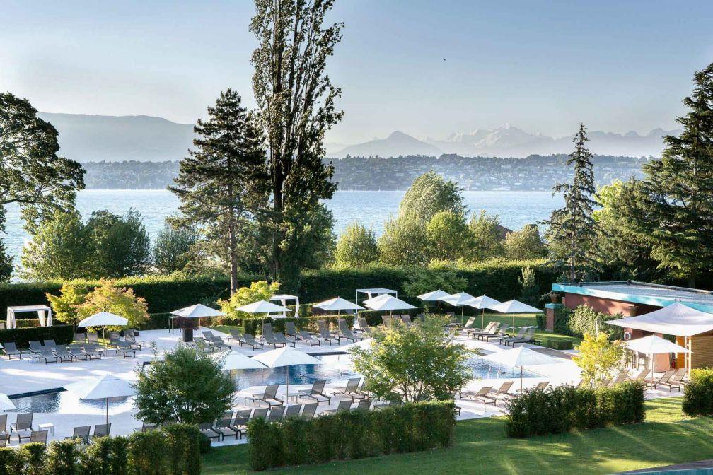 Vue sur la piscine extérieure - et le Lac Léman - de La Réserve Genève © G. Gardette
