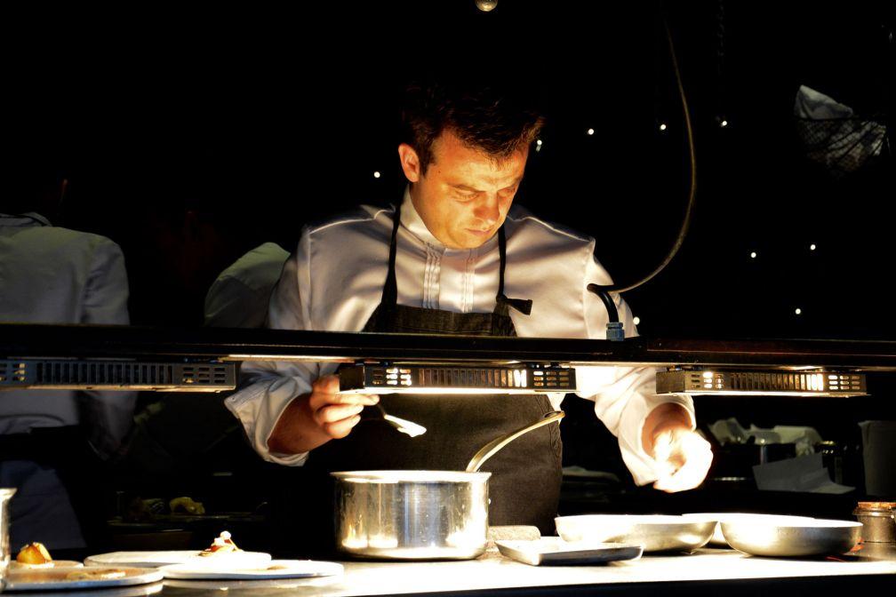 Alexandre Gauthier, concentré, derrières les fourneaux © Emmanuel Laveran