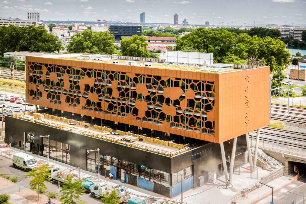 Une immense façade alvéolée dissimule toutes les chambres avec balcons du MOB Lyon © Aldo Parede