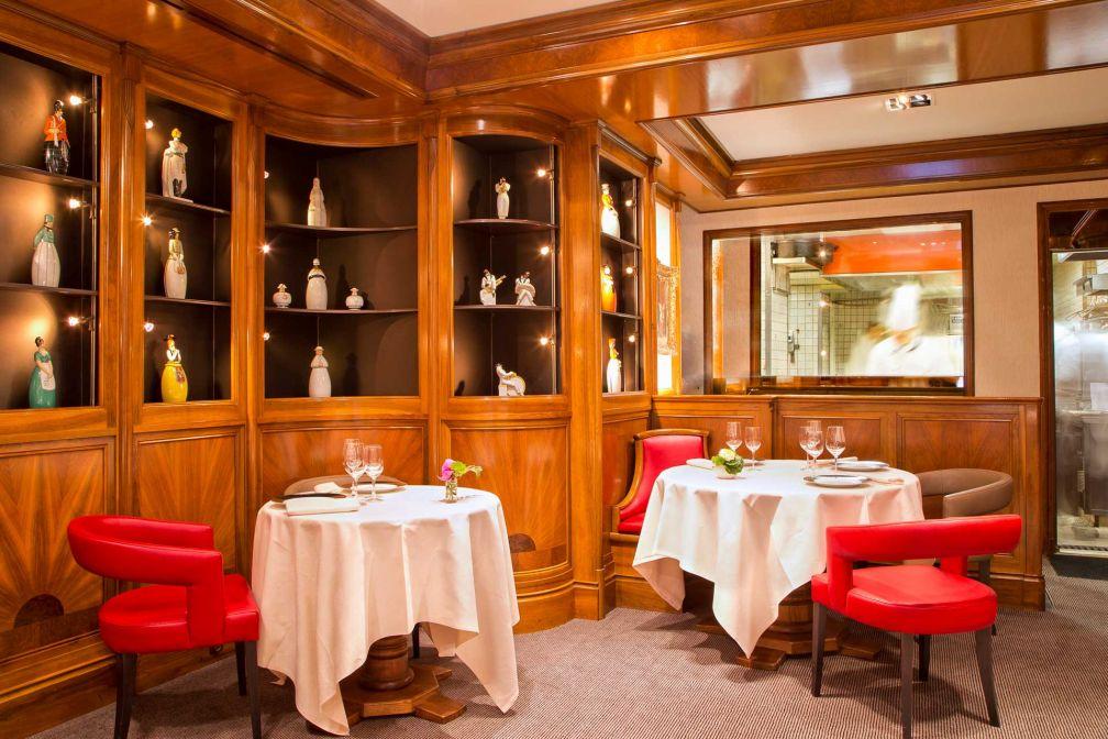 Le Salon Robj de la Maison Rostang avec sa cuisine vitrée ouverte sur la salle à manger © Maison Rostang
