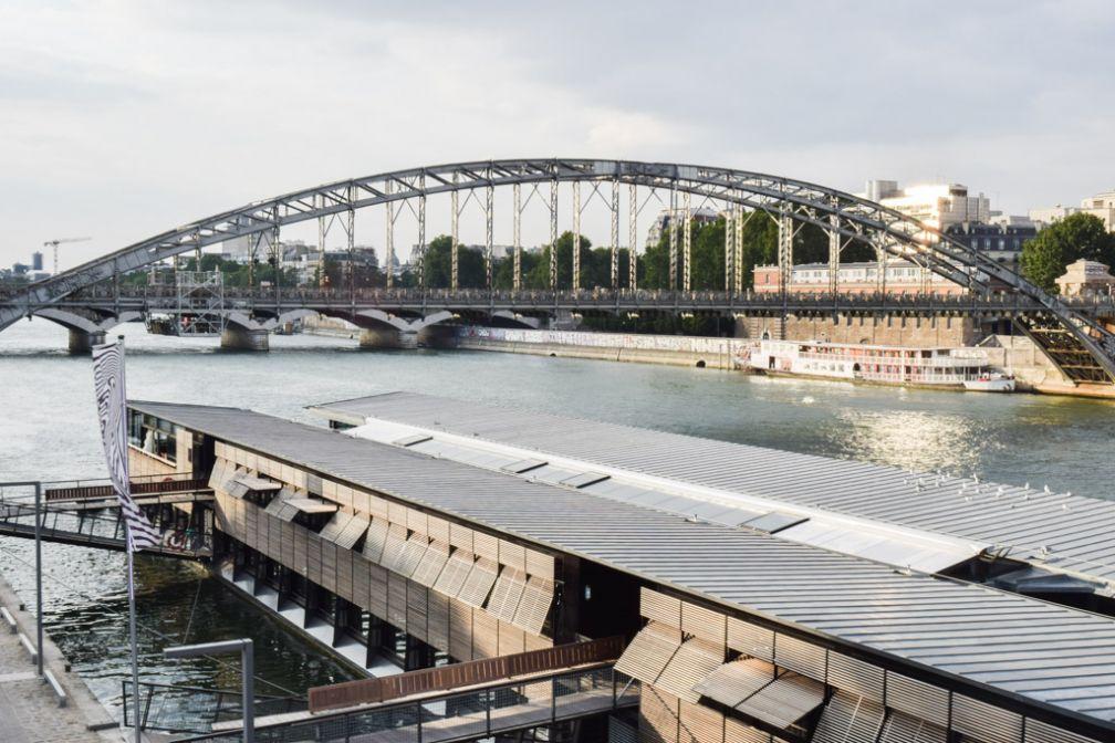 Le OFF Paris Seine, posé sur la fleuve au pied du viaduc d'Austerlitz où passe la ligne 5 du métro © Yonder.fr