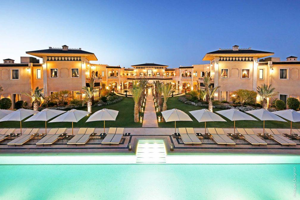 Le Palais Ronsard, nouvel hôtel de grand luxe dans la palmeraie de Marrakech, à la tombée de la nuit © Philippe Doignon