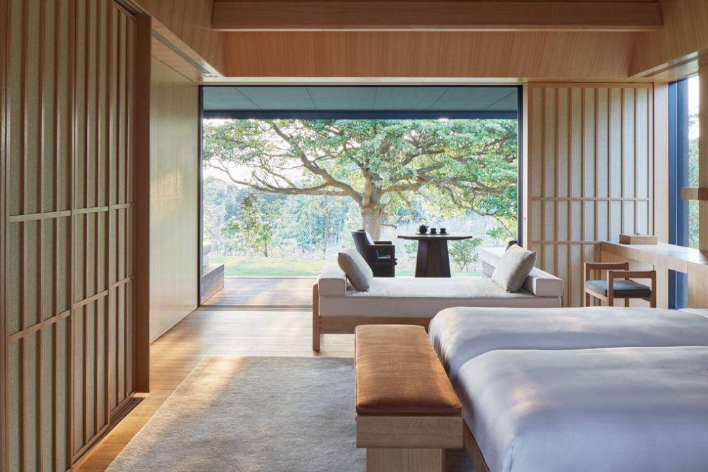Décor épuré dans l'une des 24 suites de l'Amanemu imaginée par le cabinet d'architectes Kerry Hill © Aman
