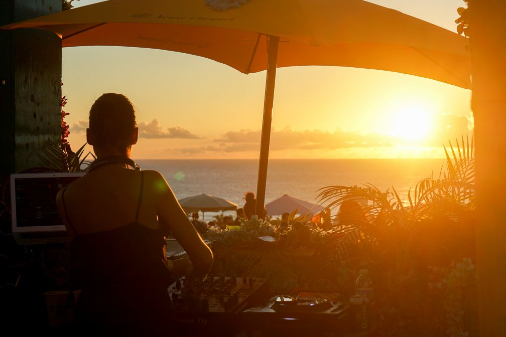 Au SXM Festival, DJ booth avec vue sur la mer des Caraïbes et coucher de soleil pendant la Villa Party © YONDER.fr