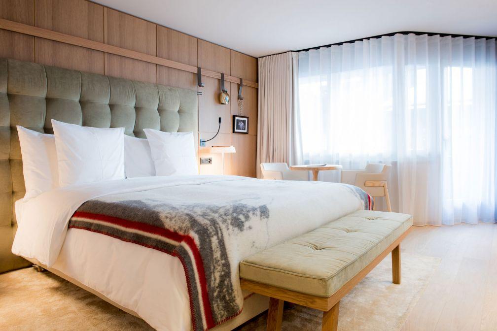 Le décor sobre et confortable d'une chambre du Schweizerhof Zermatt, le nouvel hôtel de montagne de Michel Reybier © Alpimages