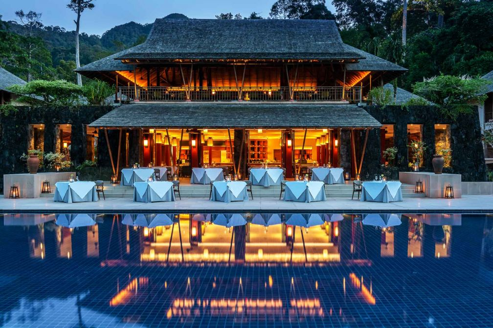 Le restaurant 'The Dining Room' surplombe la piscine principale de The Datai Langkawi © DR