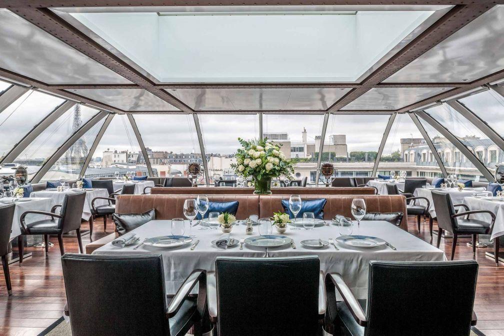 La spectaculaire salle à manger vitrée de L'Oiseau Blanc, au 6ème et dernier étage de l'hôtel © The Peninsula Paris