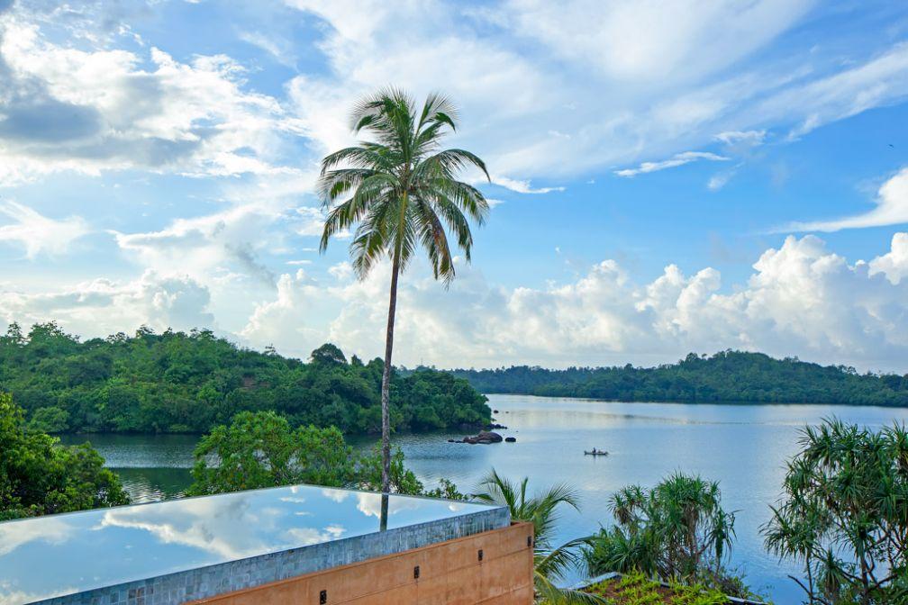 La piscine du Tri Lanka, premier resort de luxe eco-friendly du pays, surplombe les rives du Lac Koggala © DR