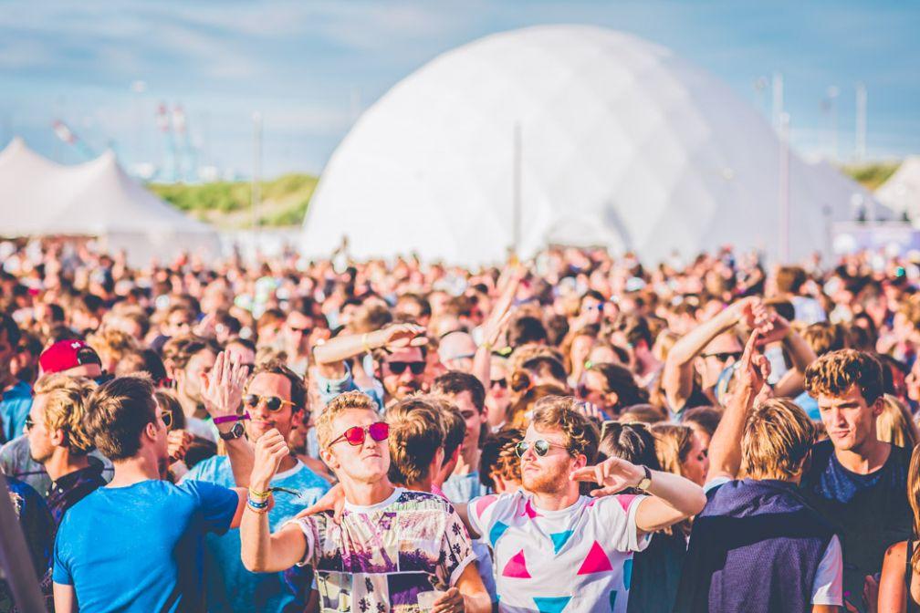 Une foule dense réunie devant la scène principale du festival © WECANDANCE