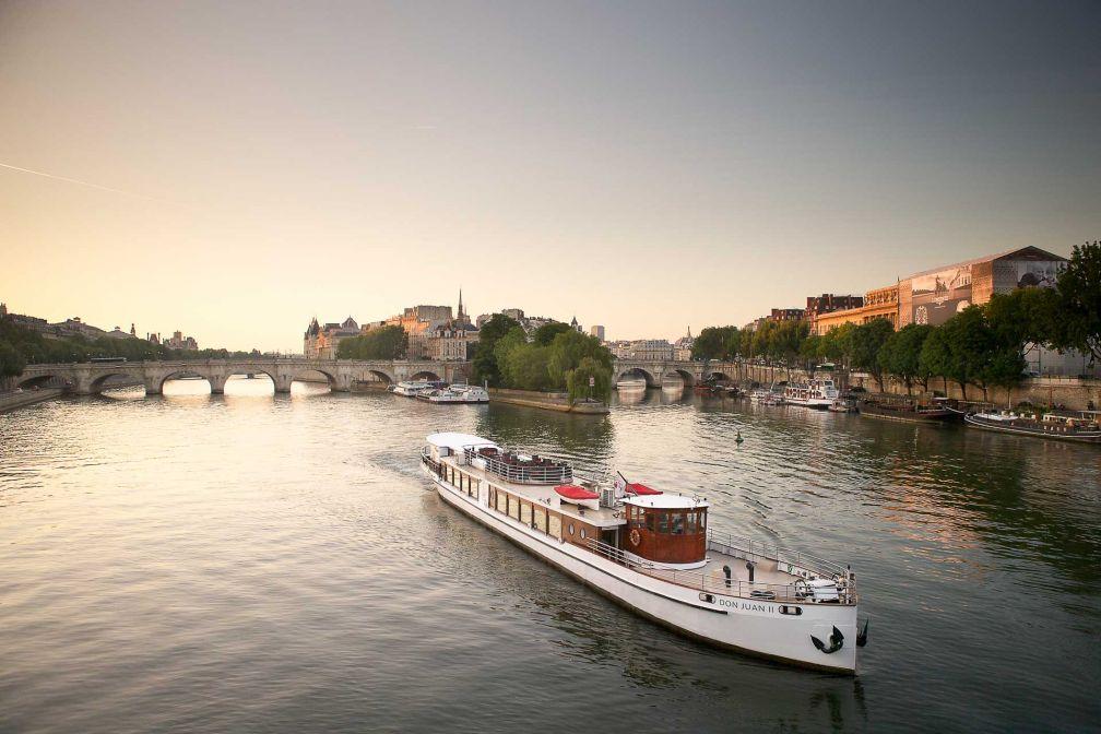 Le Don Juan II voguant sur la Seine © N. BUISSON