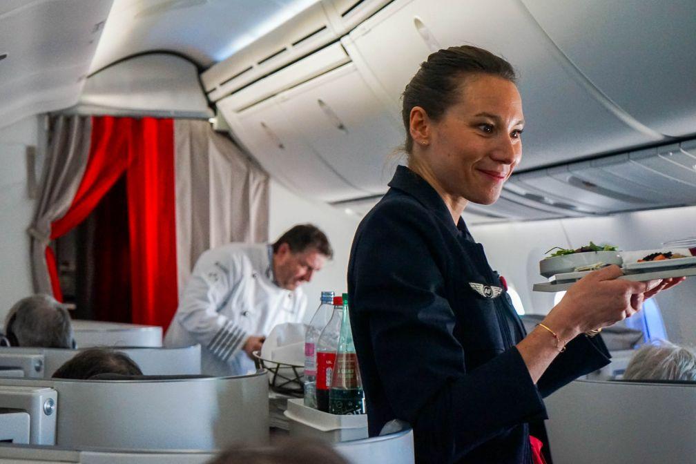 Le chef étoilé Olivier Bellin prend part au service, aux côtés de l'équipage à bord du vol AF334 du 12 février 2018 © YONDER.fr