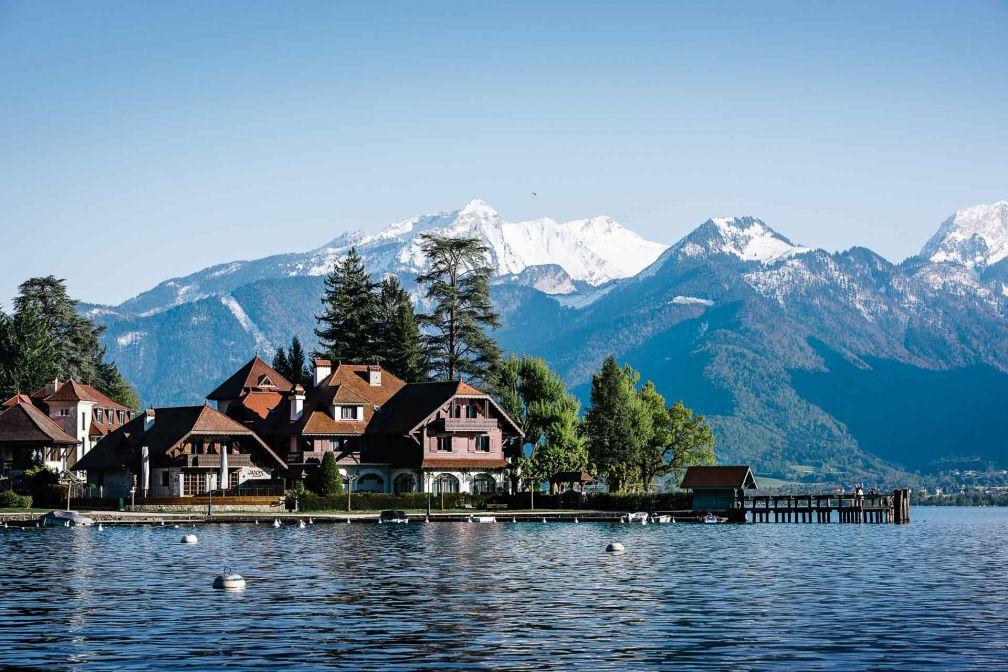 L'Auberge du Père Bise bénéficie d'un emplacement privilégié sur les rives du lac d'Annecy en Savoie © Franck Juery