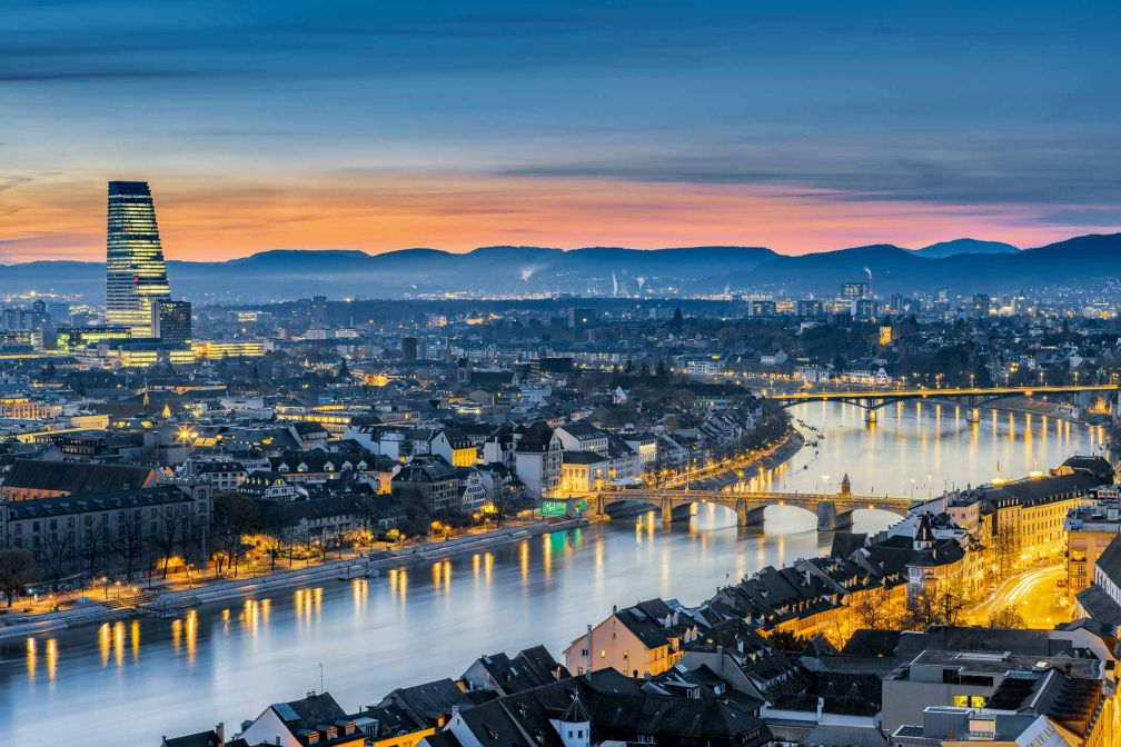 Vue spectaculaire sur le centre de Bâle et le Rhin, à la tombée de la nuit © Switzerland Tourism