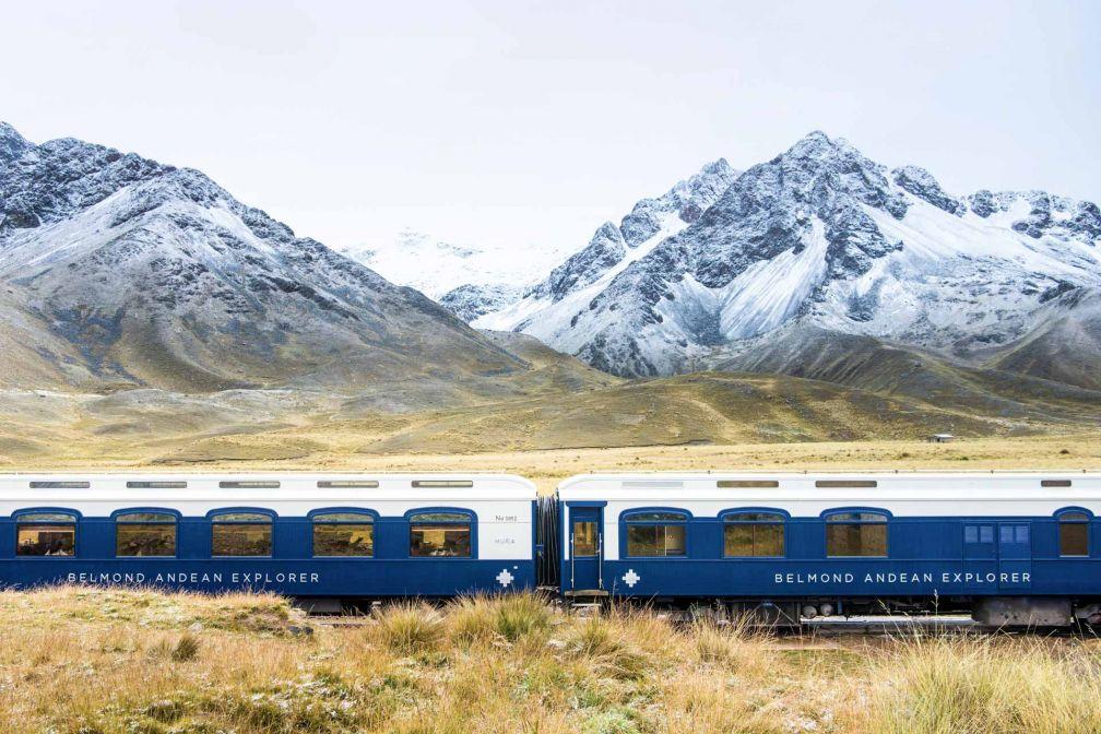 Les voitures bleues et blanches du Belmond Andean Explorer filent à travers les majestueux paysages péruviens © Belmond
