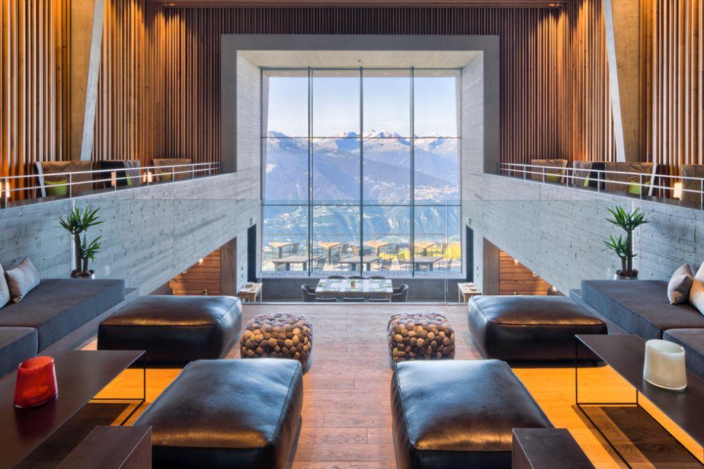 Cette baie vitrée permet à l'hôtel d'ouvrir son lobby vers la vallée © Chetzeron