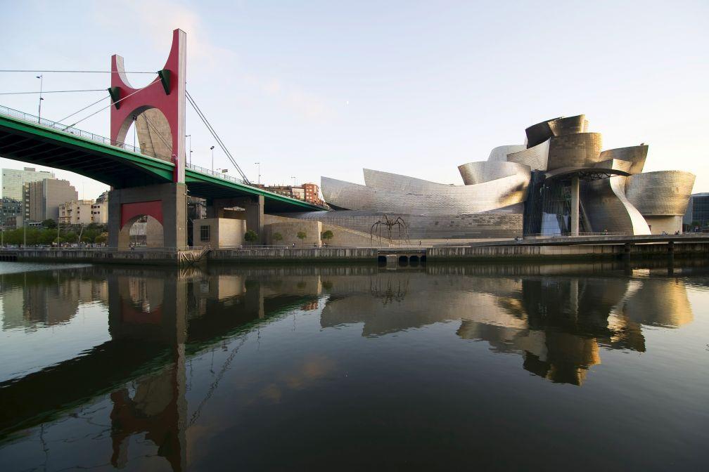 Le Musée Guggenheim, inauguré en 1997, est devenu l'emblème de Bilbao grâce à son architecture signée Frank Gehry © Guggenheim Bilbao