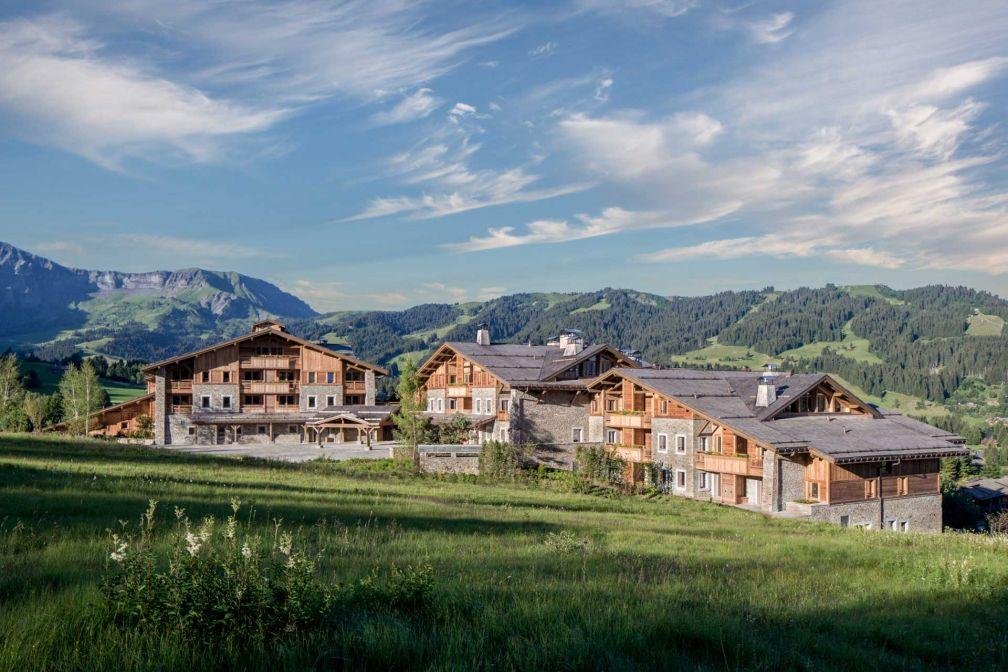 Le Four Seasons Megève est le premier hôtel de la station à proposer un accès direct aux pistes du Mont d'Arbois.