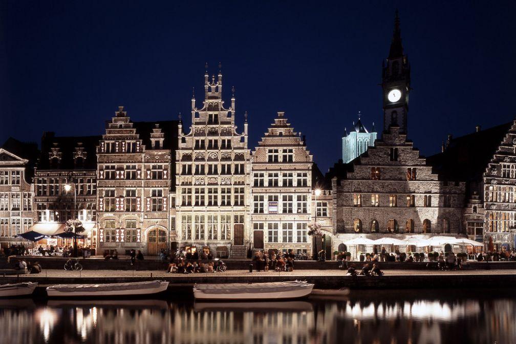 Vue carte postale de Gand : le quai du Graslei vu de nuit © VisitGent