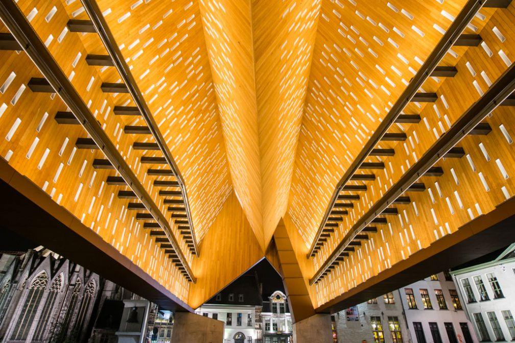 La nouvelle Halle de la Ville aux lignes très contemporaines. Comme pour les autres monuments gantois, un éclairage splendide qui fait ici partie intégrante de l'architecture. © VisitGent