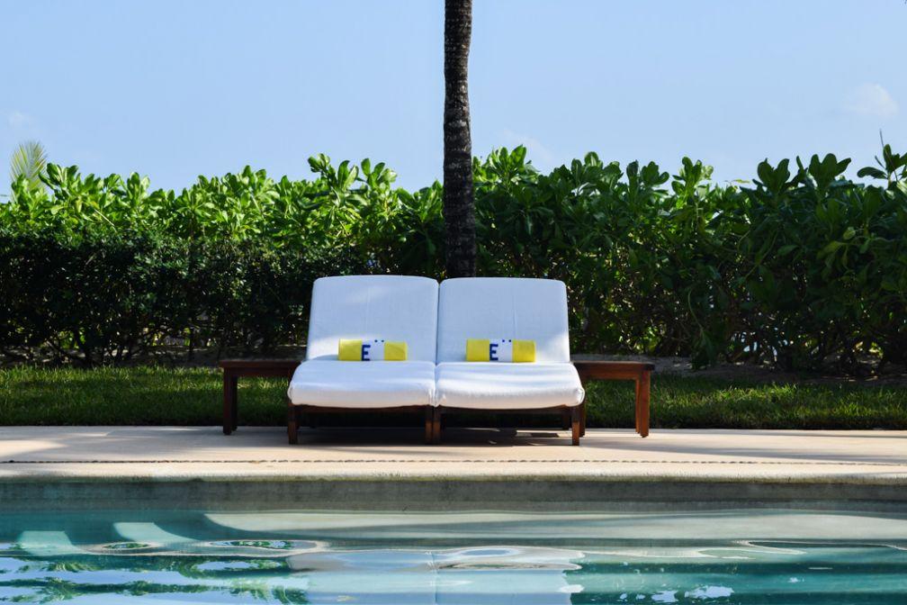 Deux transats isolés, une piscine, le soleil, un palmier : le paradis selon Esencia © Yonder.fr