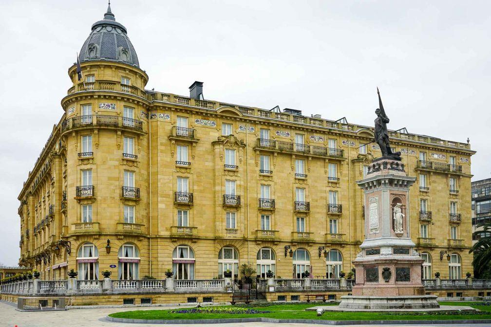 L'imposante façade de l'Hôtel Maria Cristina, le grand hôtel de référence à San Sebastián © YONDER.fr