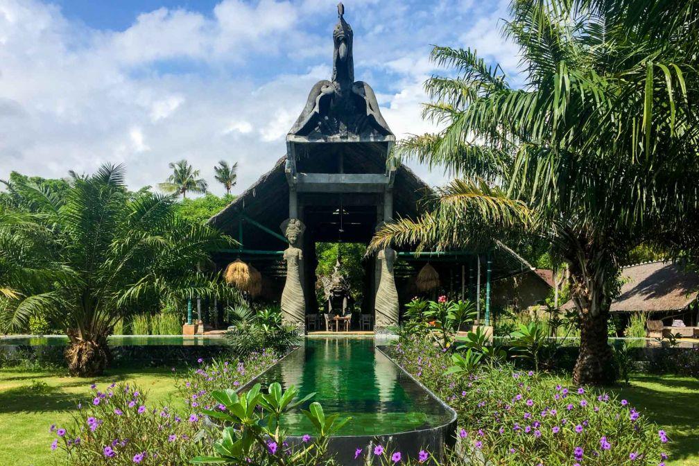 Une des belles piscine de l'hôtel et son restaurant adjacent © Constance Lugger