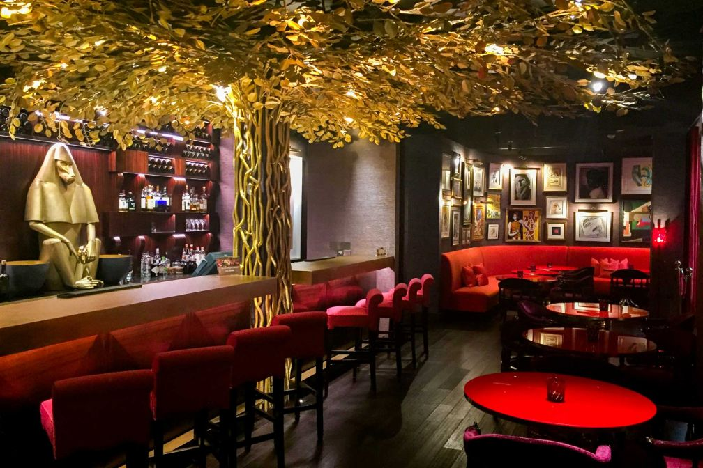 Le bar de l'hôtel et son espace Salon, qui recèle de nombreuses œuvres d'art © Constance Lugger