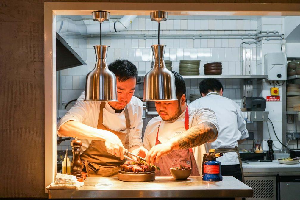 Tomy Gousset en train de peaufiner la préparation du faux filet de boeuf maturé, la plus belle pièce de sa carte © YONDER.fr
