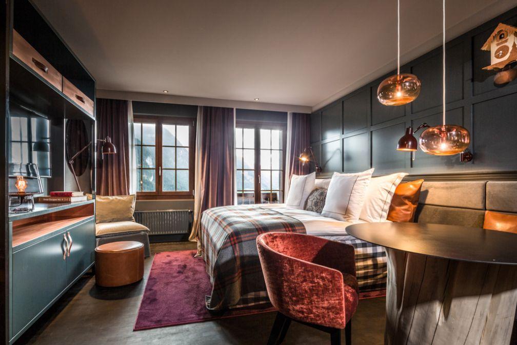 Les chambres et suites du HUUS ont été conçues dans des tons foncés reposants et équipées © HUUS