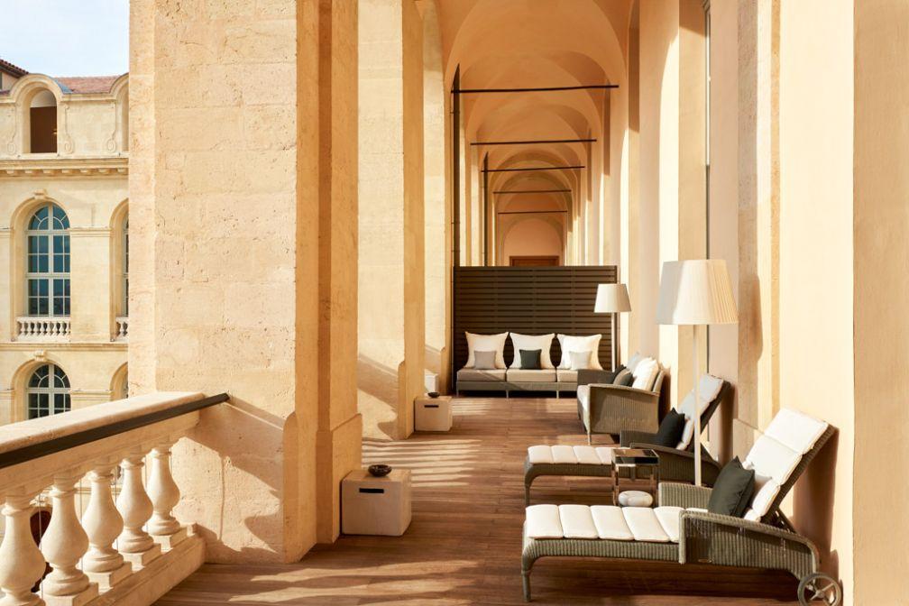 Chic absolu sur l'immense terrasse privée de la Suite Présidentielle de l'InterContinental Marseille – Hôtel Dieu © IHG