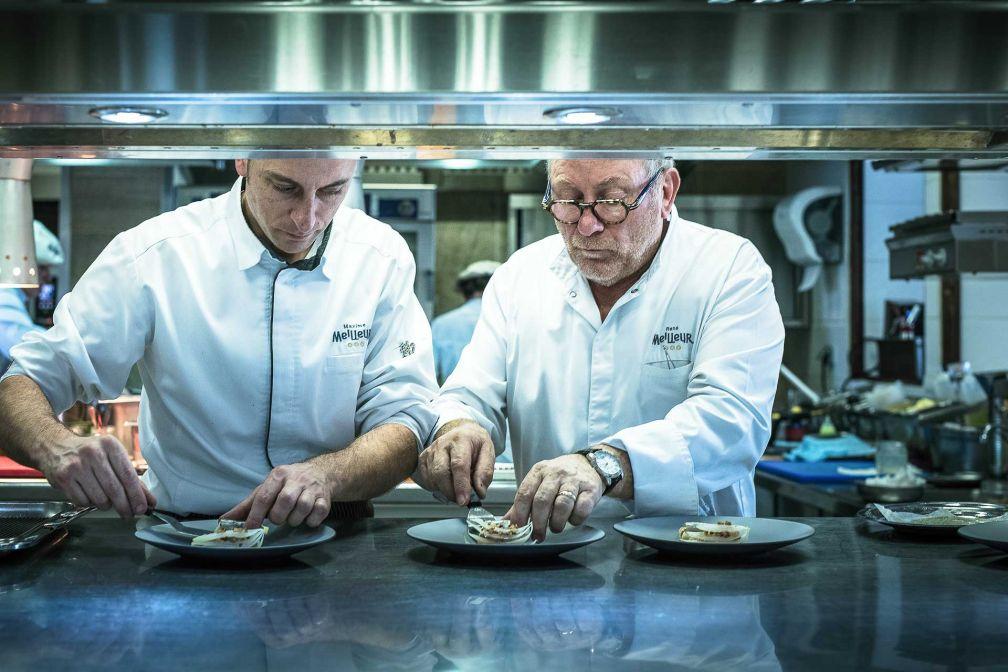 Maxime et René Meilleur dans les cuisines de La Bouitte à Saint-Martin-de-Belleville en Savoie © Matthieu Cellard