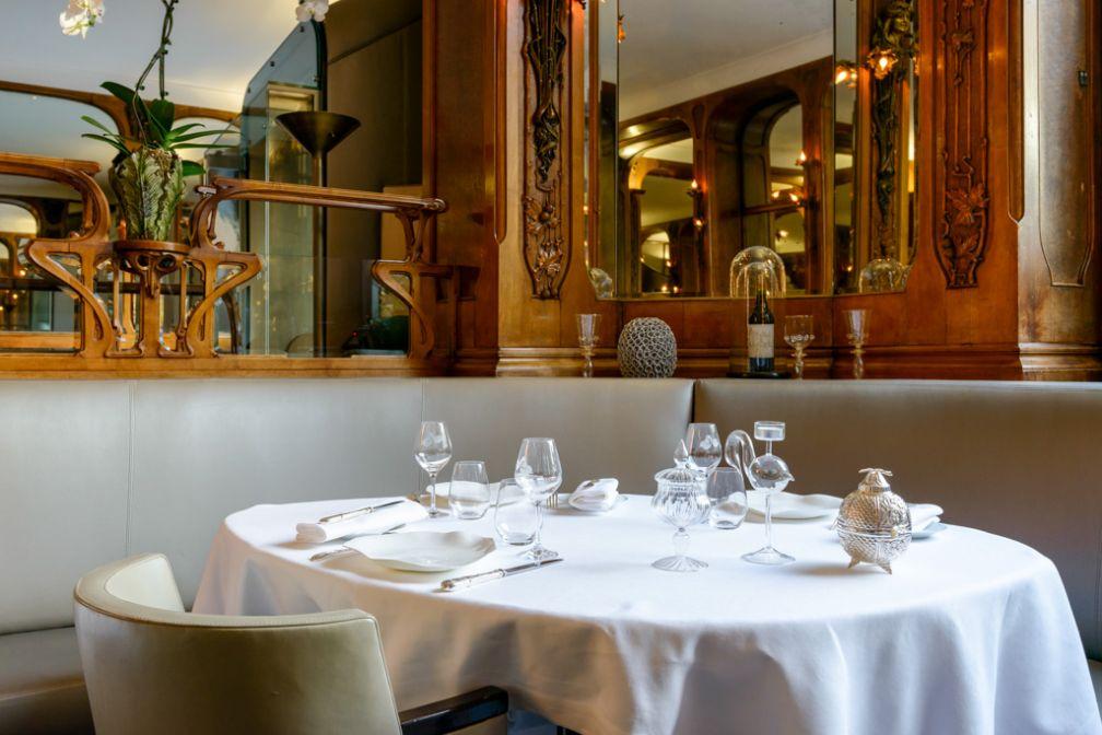 Confortables banquettes au rez-de-chaussée du Lucas Carton, place de la Madeleine © Fred Laures