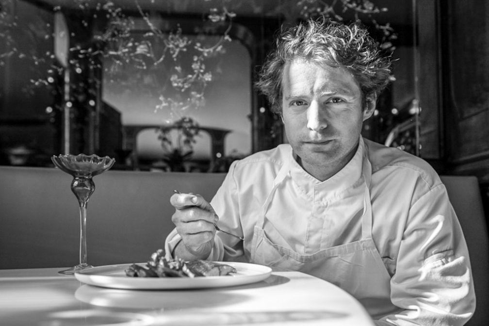 Le chef Julien Dumas, attablé au Lucas Carton © Fred Laures