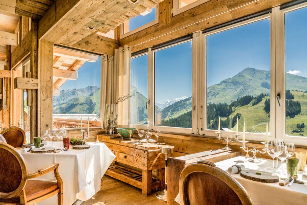 L'extraordinaire salle à manger de la Maison des Bois, le havre de paix gastronomique et spirituel de Marc Veyrat dans les Alpes © DR