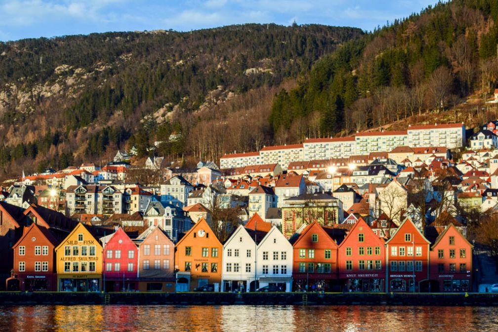 Décor carte postale sur le quai de Bryggen à Bergen, le lieu le plus touristique de la deuxième ville de Norvège © YONDER.fr